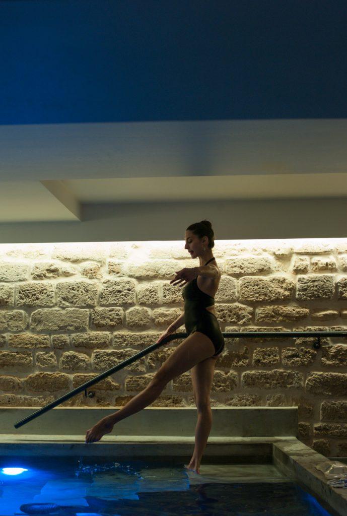 ©CamilleStudio Leila nous montre les exercices.